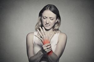 woman with office carpal tunnel